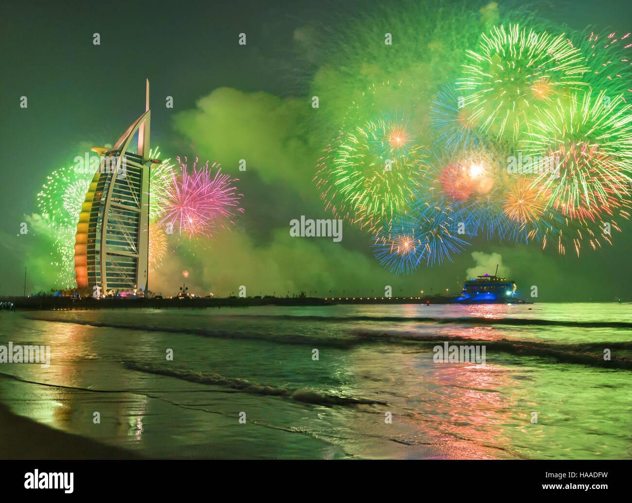 El Burj Al Arab en Dubai Jumeirah Beach celebarating la víspera de año nuevo Imagen De Stock
