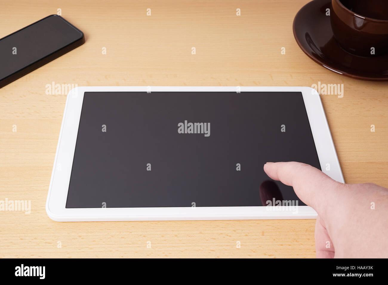 Dedo tocar en blanco pantalla táctil de Tablet PC Imagen De Stock