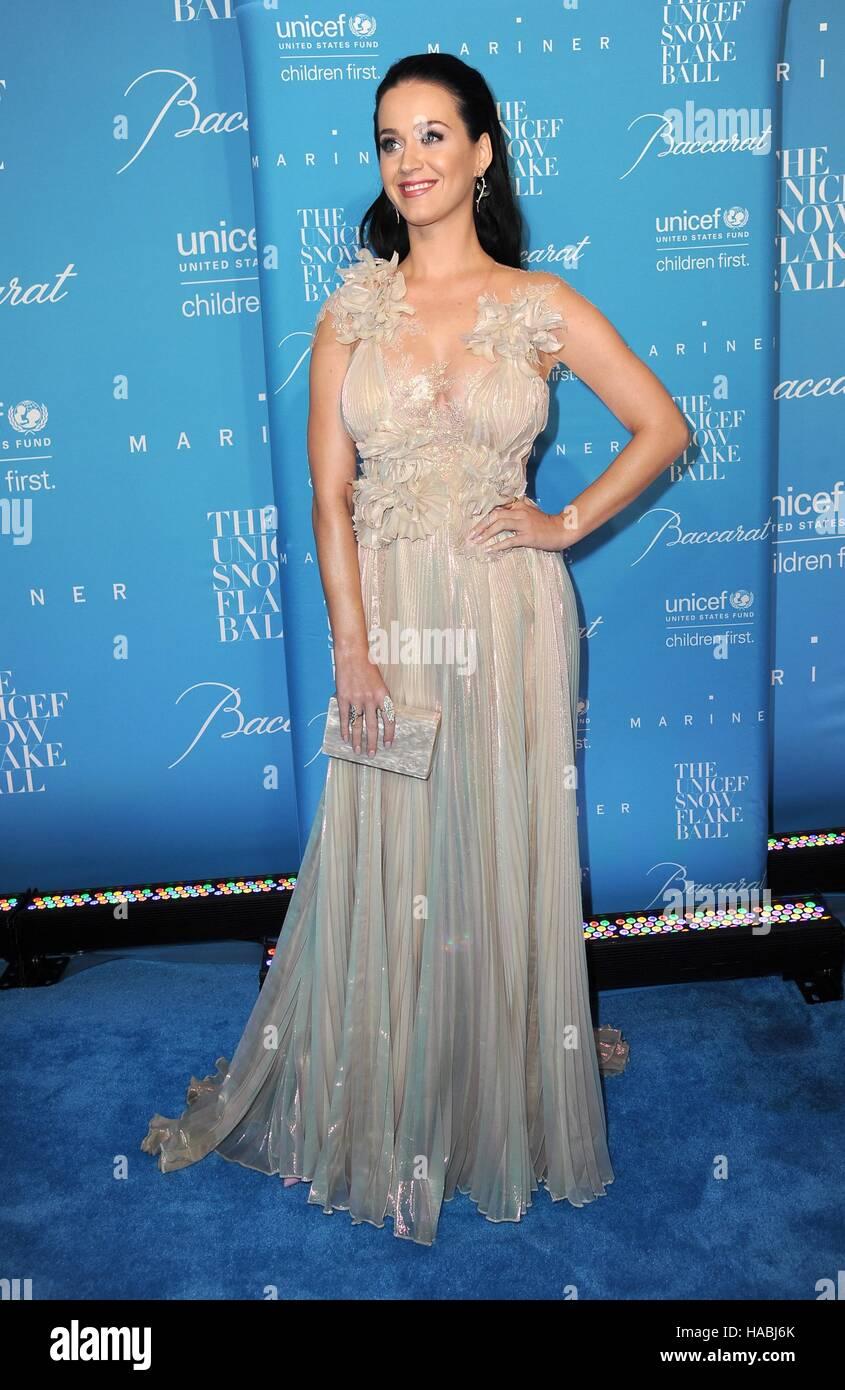 Nueva York, NY, EUA. 29 Nov, 2016. Katy Perry en la terminal de llegadas para 12th Anual del UNICEF Snowflake Ball, Imagen De Stock