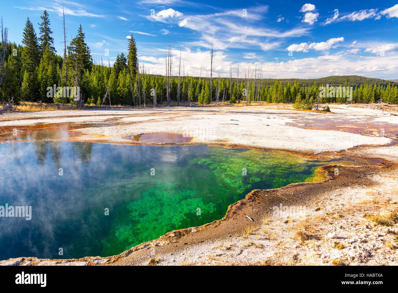 Colorido abismo Pool en el West Thumb Geyser Basin en el Parque Nacional de Yellowstone. Foto de stock