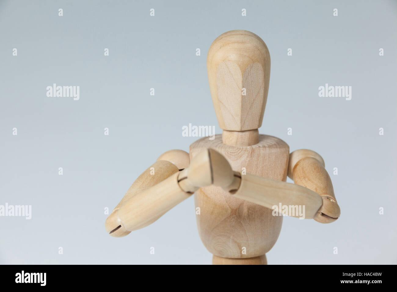 Figurilla de madera con ambas manos se unió a Imagen De Stock
