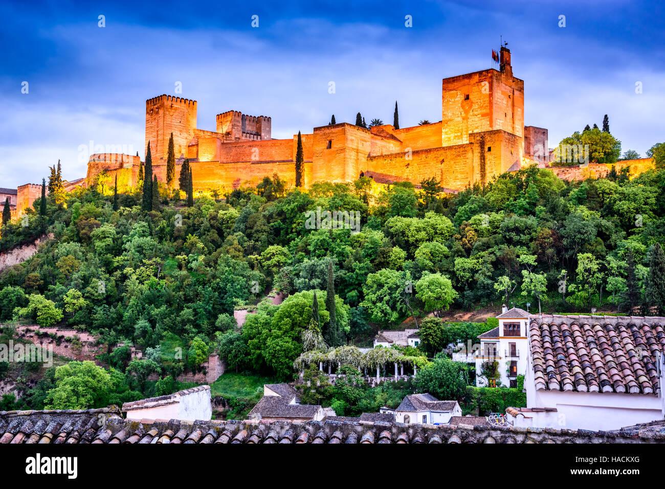 Granada, España. Vista nocturna de la famosa Alhambra con la Alcazaba, el recorrido europeo hito en Andalucía. Imagen De Stock