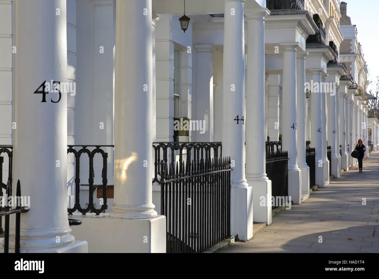 Londres, Reino Unido: fila de blancas fachadas de casas de lujo en ...