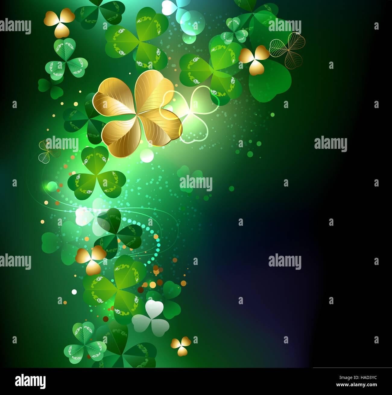 c4c6df138d28 El trébol de cuatro hojas de oro sobre un fondo oscuro brillante. Imagen De  Stock