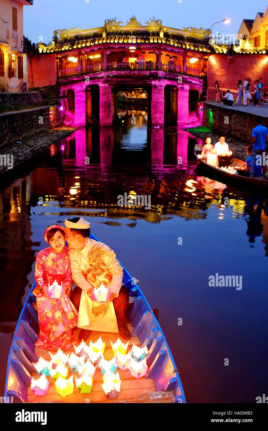Novia delante del puente cubierto japonés, Hoi An, Vietnam Imagen De Stock