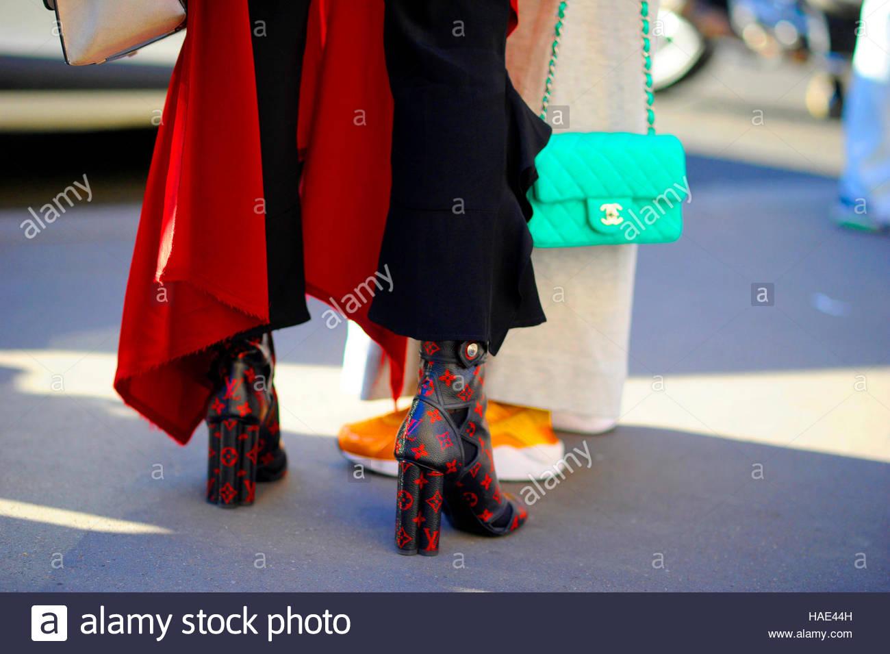 Detalle de las mujeres que acudían a la Stella McCartney Fashion show en la Place de l'Opéra Paris Imagen De Stock