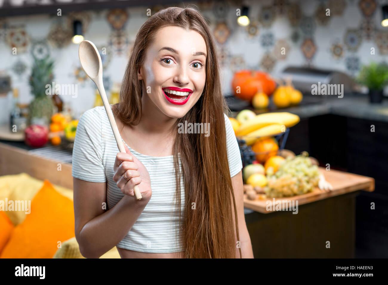Mujer en la cocina Imagen De Stock