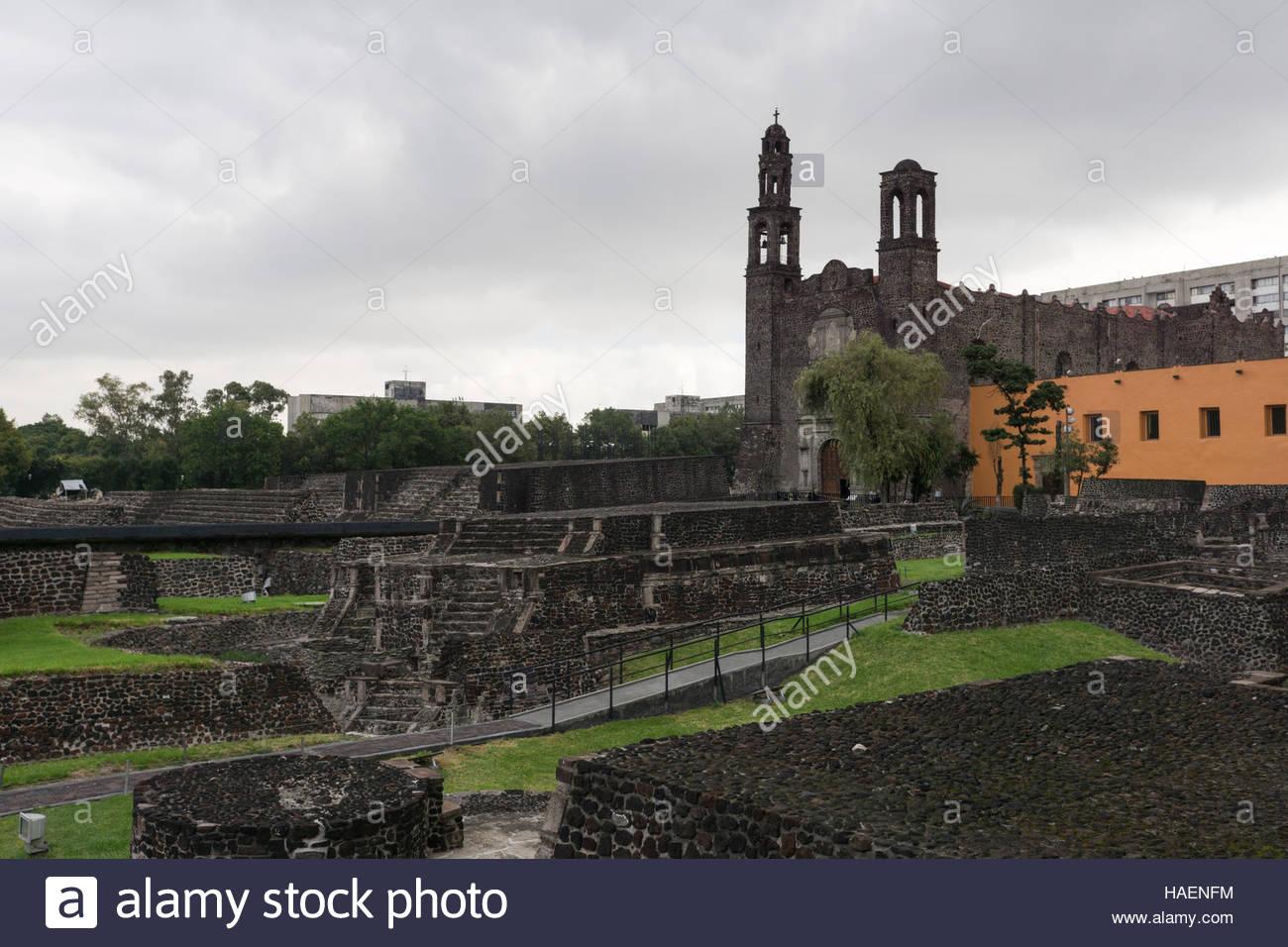 Plaza de las Tres Culturas (Plaza de las tres culturas -- Aztec, español y mexicano moderno. Imagen De Stock