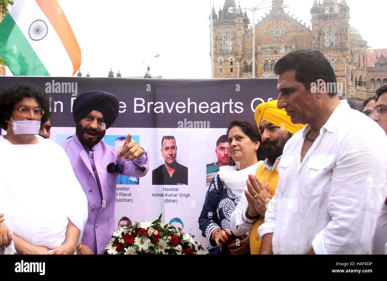 Acharya Dr. Lokesh Muni Ji M S All India Bitta Ant frente terrorista actor Mukesh Rishi pagar tributo a los soldados Foto de stock