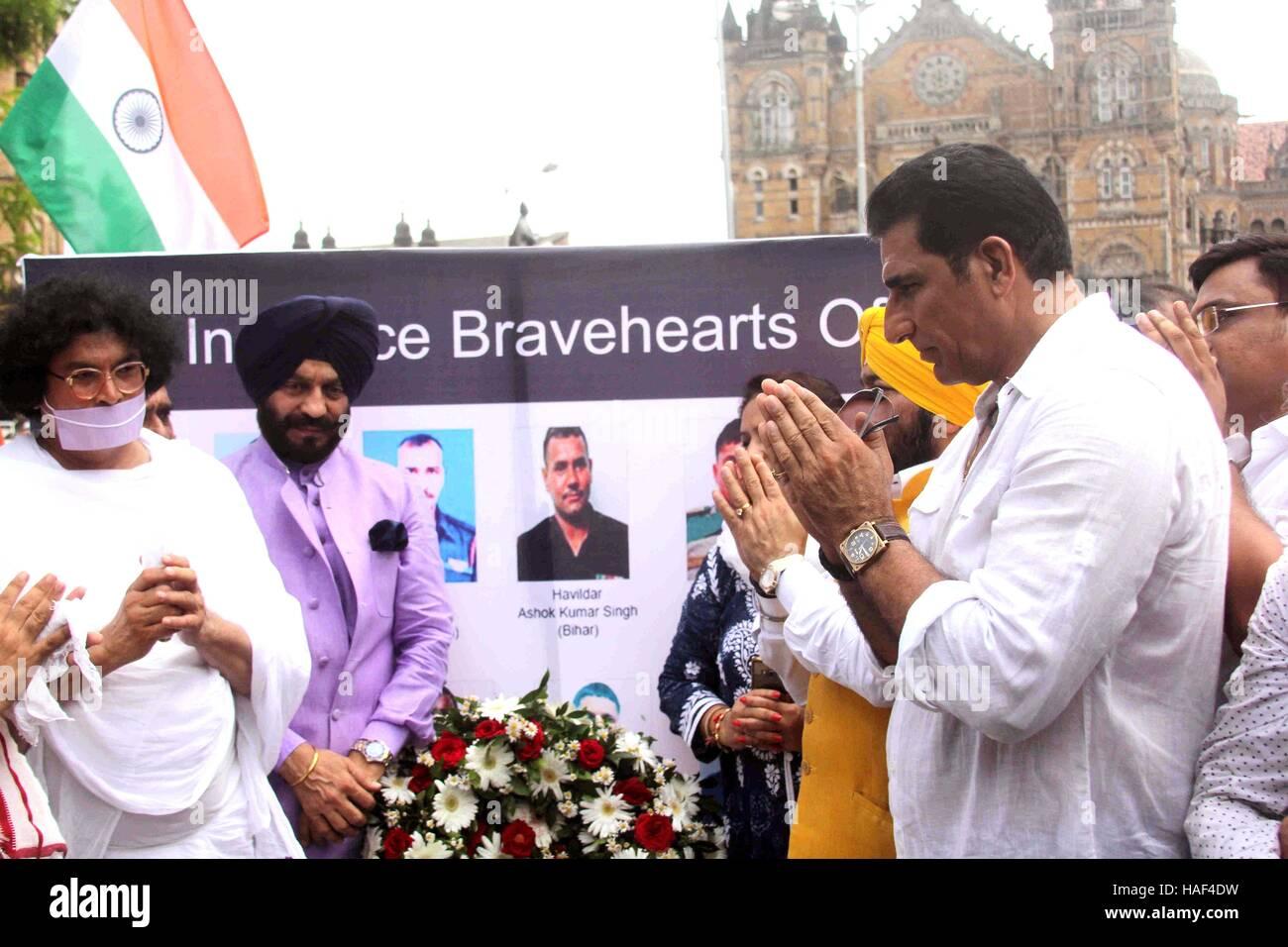 Acharya Dr. Lokesh Muni Ji M S All India Bitta Ant Mukesh terroristas Rishi pagar tributo a los soldados indios Foto de stock