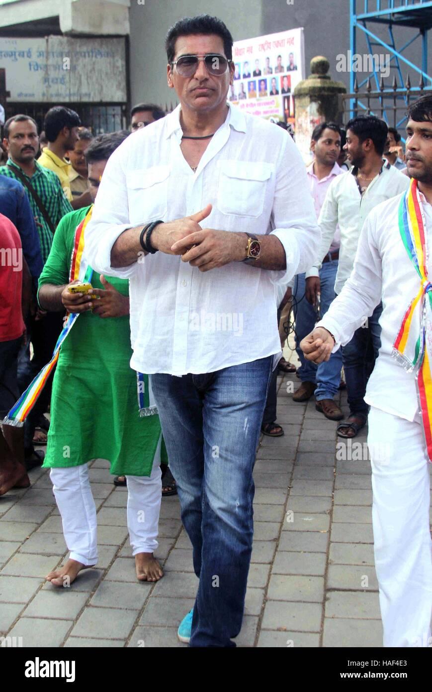 Actor de Bollywood Mukesh Rishi pagar tributo a los soldados indios muertos en Azad Maidan Ejército Memorial, en Foto de stock