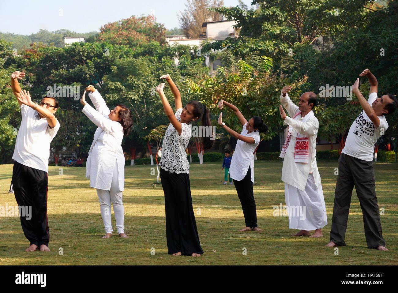 Grupo de gente haciendo Pani Sica, utilizado para la flexibilidad de la parte superior del cuerpo, Pune, Maharashtra. Imagen De Stock