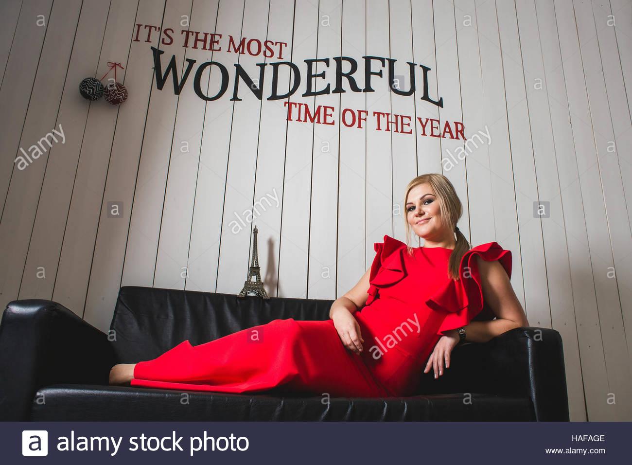 f1e6f790e Lujo en mujer joven con el pelo rubio y maquillaje perfecto en la noche vestido  rojo