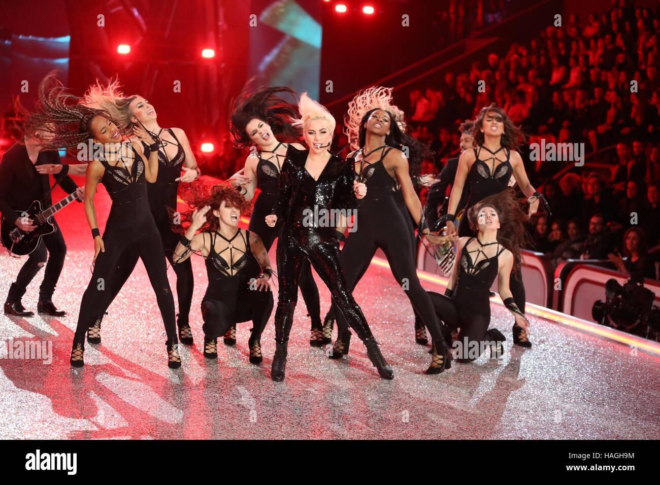París, Francia. 30 Nov, 2016. Lady Gaga en la pista para la 21ª edición anual de Victoria's Secret Imagen De Stock