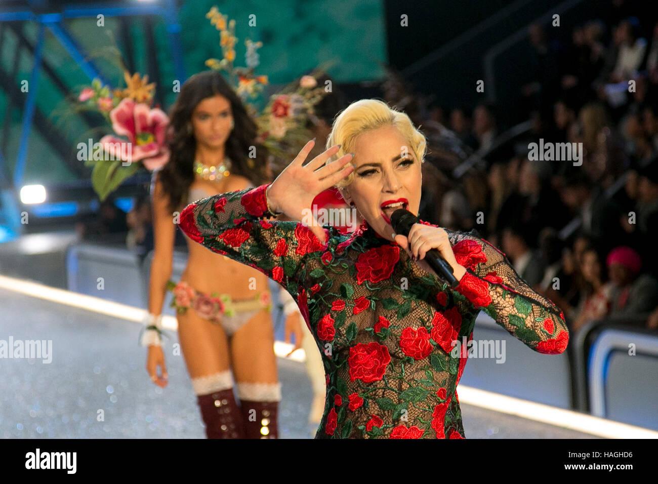 París, Francia. 30 Nov, 2016. Lady Gaga realiza durante la Victoria·s Secret Fashion Show en el Grand Palais de Foto de stock