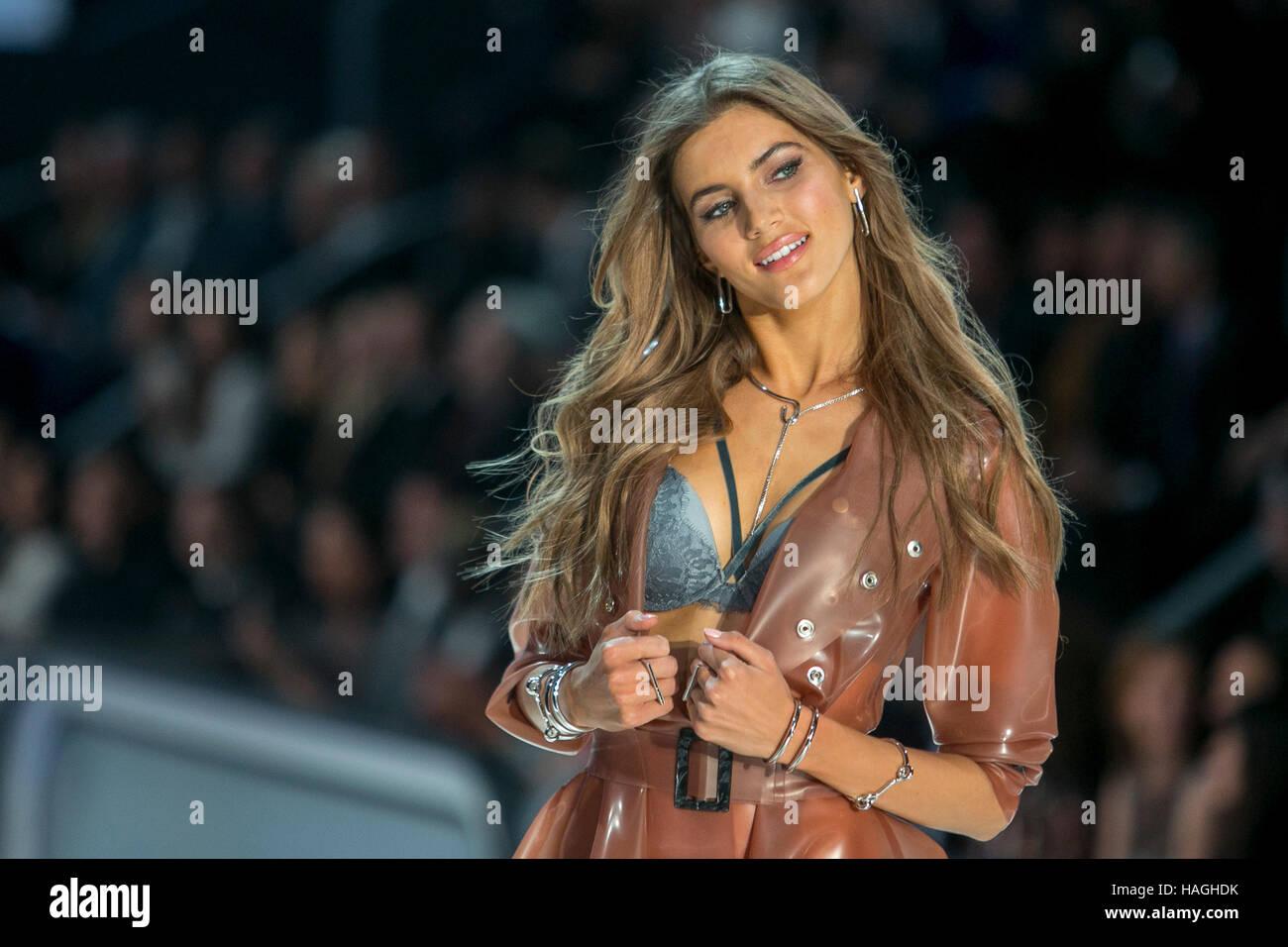 París, Francia. 30 Nov, 2016. Valerie Kaufman camina la pista durante la Victoria·s Secret Fashion Show en el Grand Foto de stock