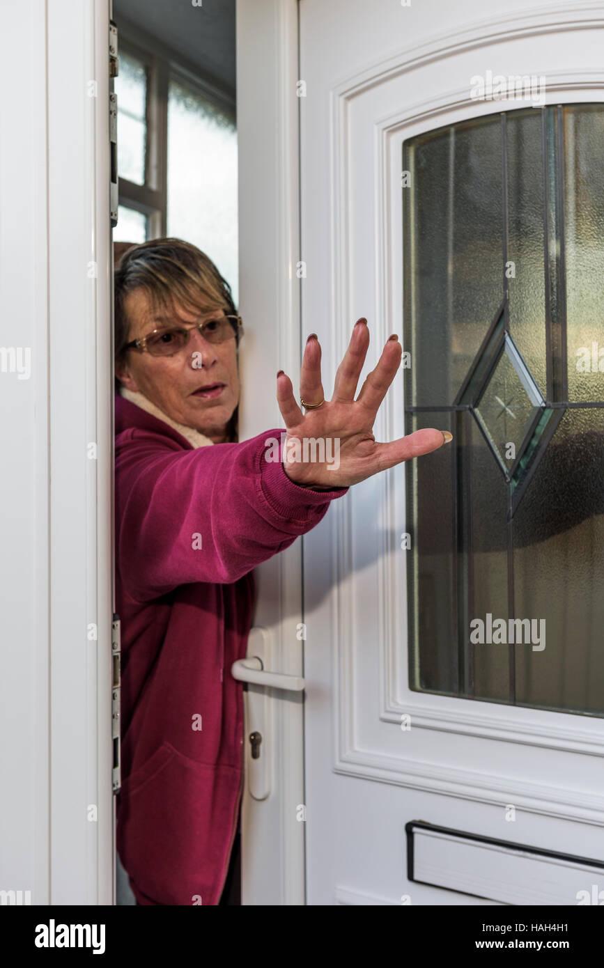 Señora intentando alejar un intruso. Foto de stock