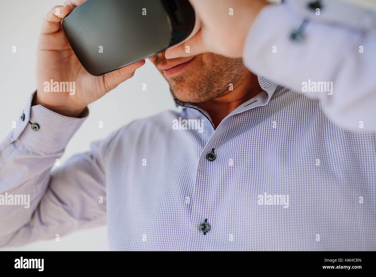 Closeup shot de joven utilizando gafas de realidad virtual. El empresario que lleva puestas las gafas de RV. Imagen De Stock