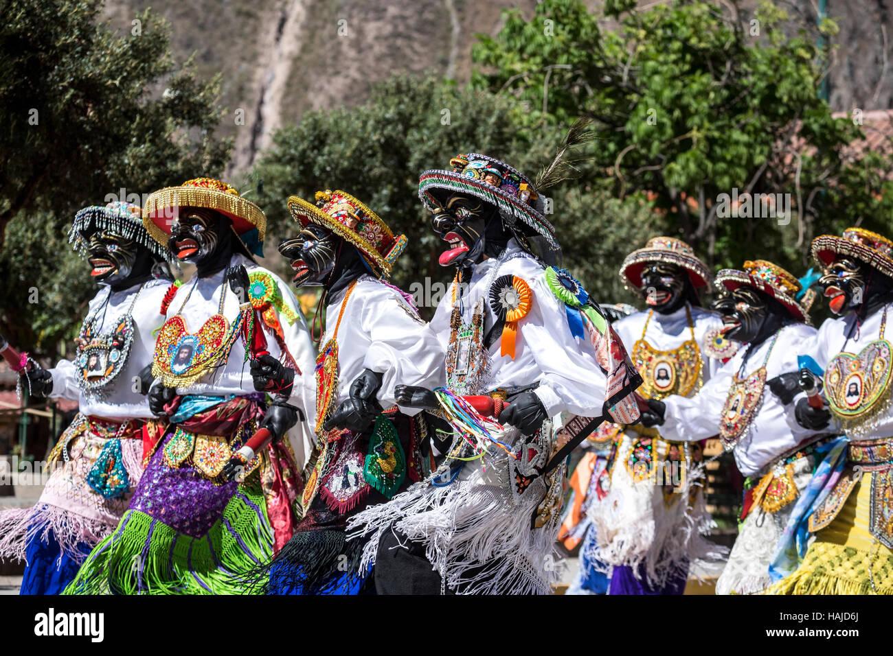 Los hombres vestían trajes coloridos durante la procesión religiosa, Ollantaytambo, Cusco, Perú Imagen De Stock