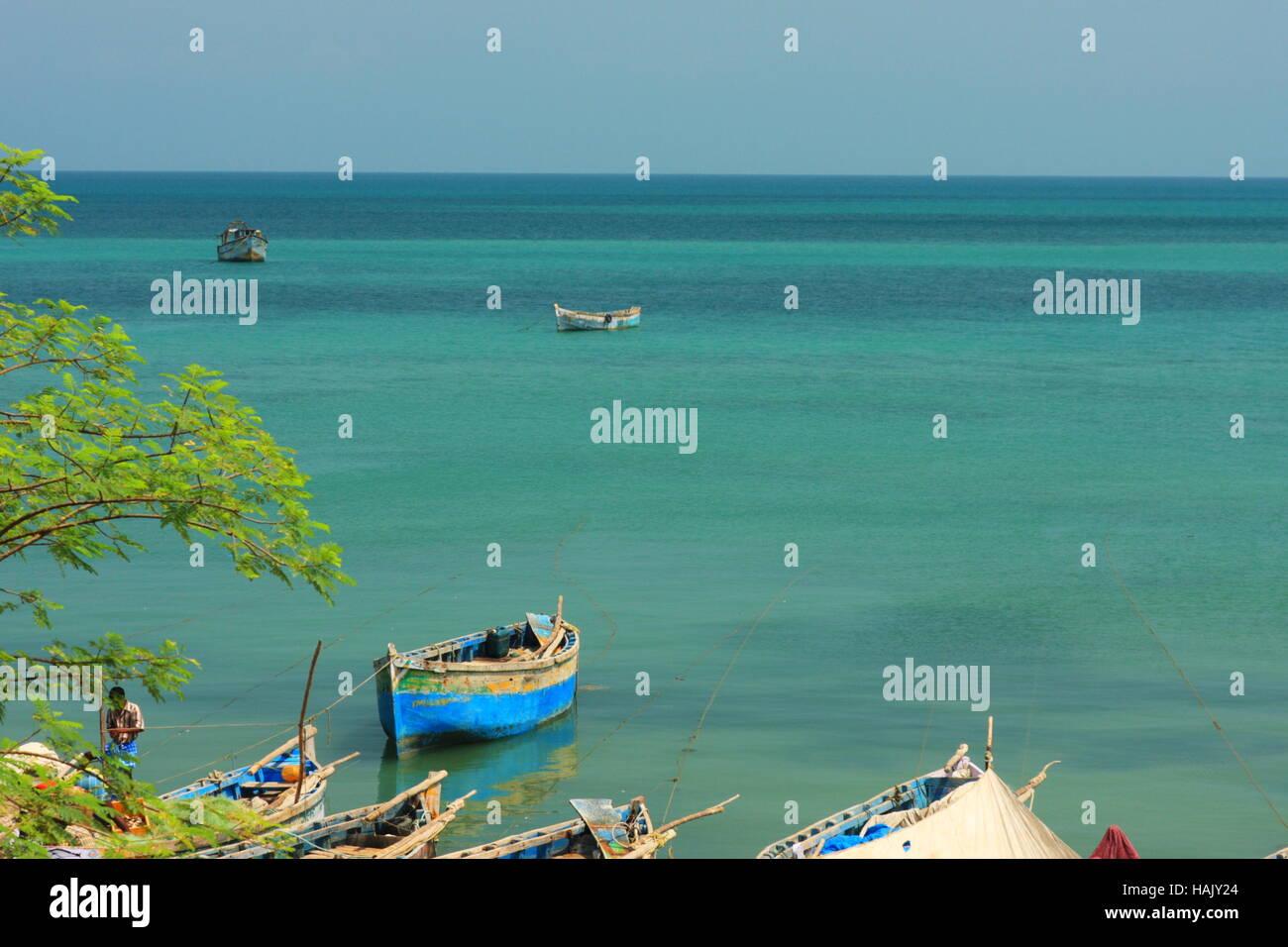 Los barcos en el mar verdoso Rameswaram, Tamilnadu, India Foto de stock