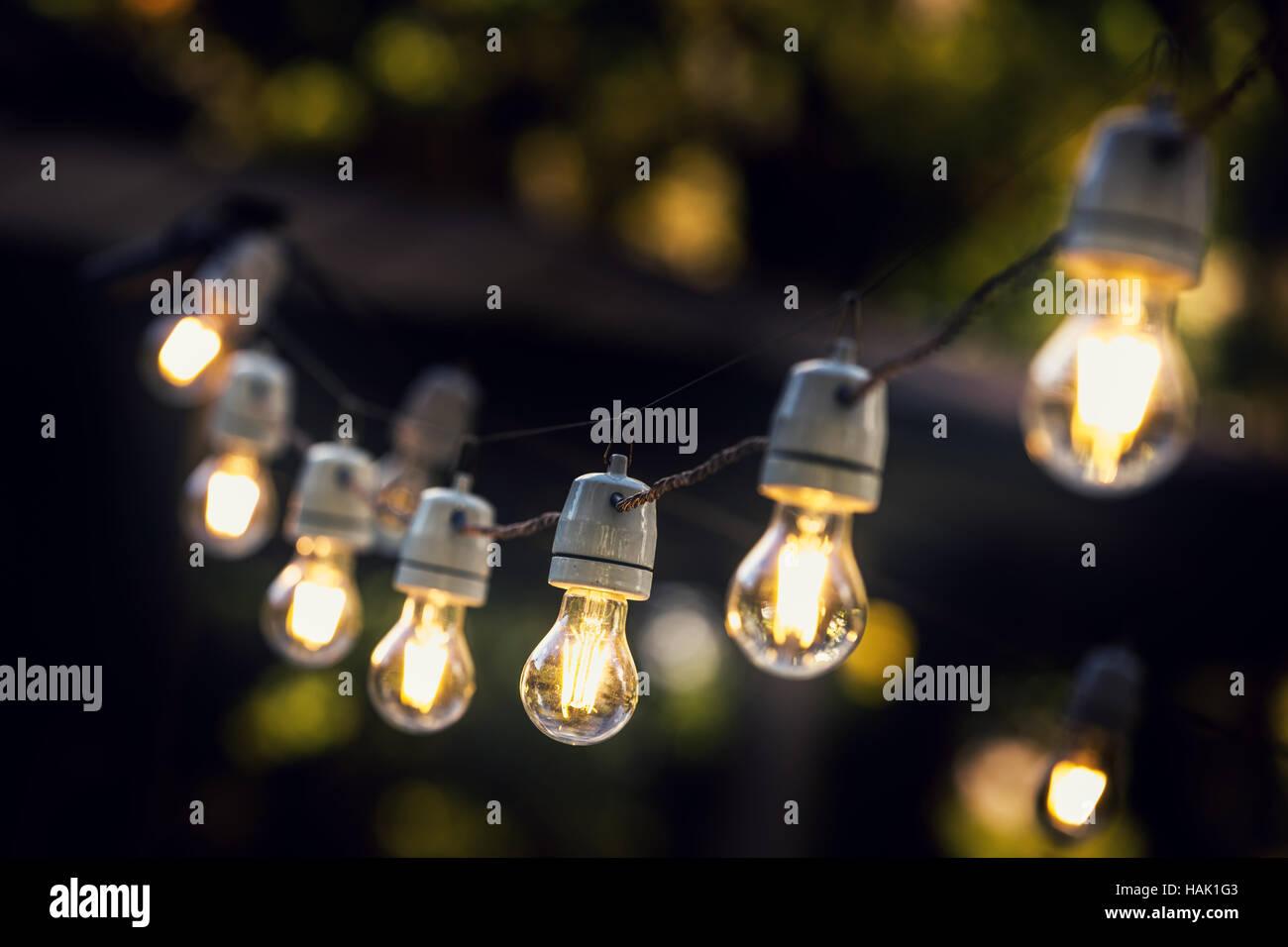 Parte de luces de cadena colgando en una línea Imagen De Stock