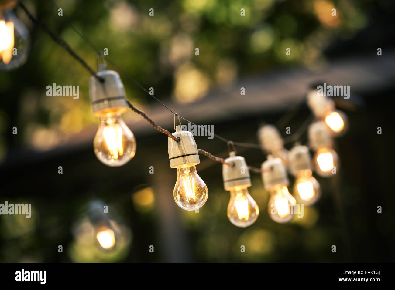 Luces de cadena exterior colgando de una línea en el patio Imagen De Stock