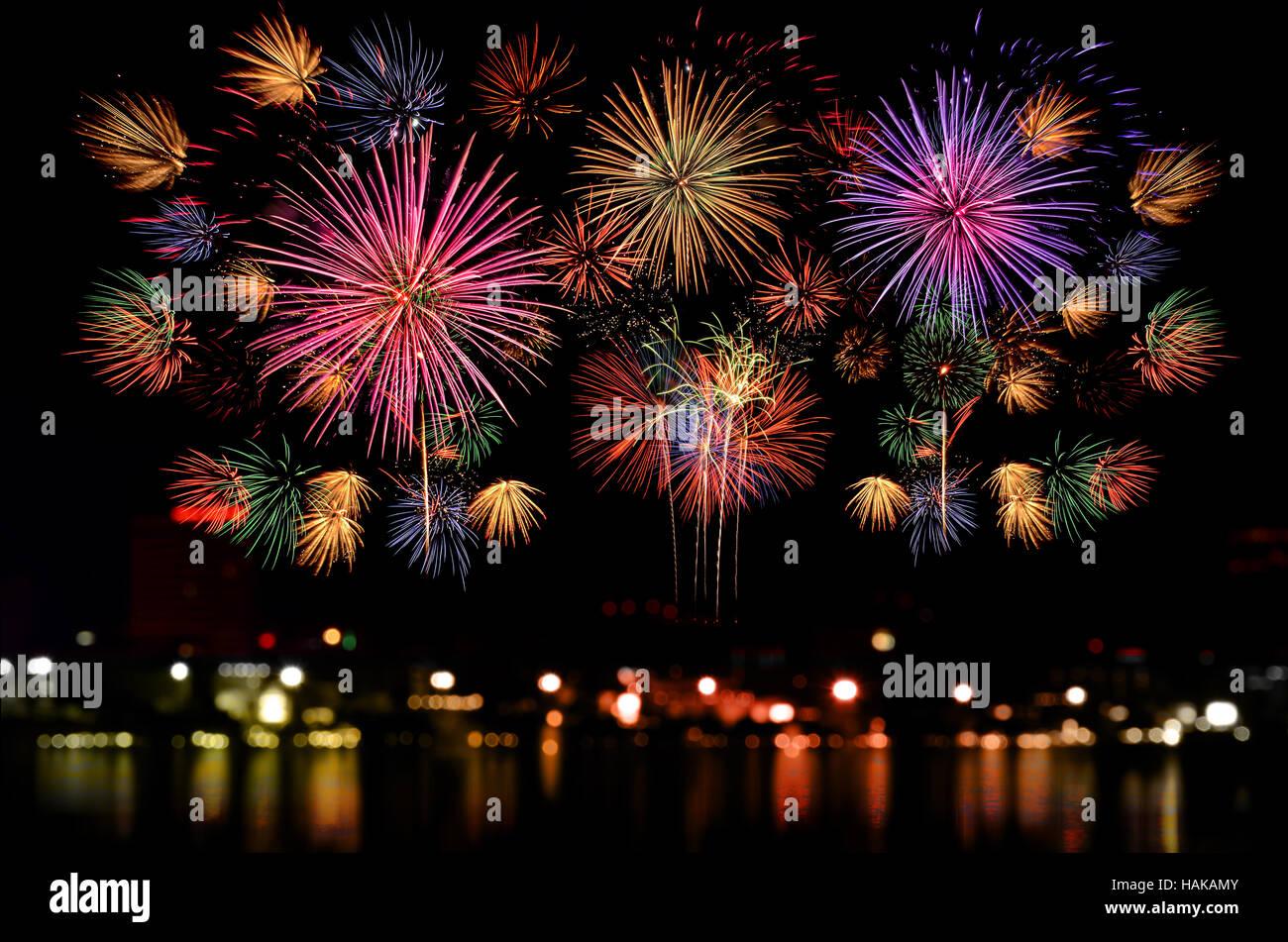 Colorida fiesta de fuegos artificiales sobre el oscuro fondo del cielo nocturno. Hermoso espectáculo de fuegos artificiales sobre el claro cielo de la noche. Foto de stock