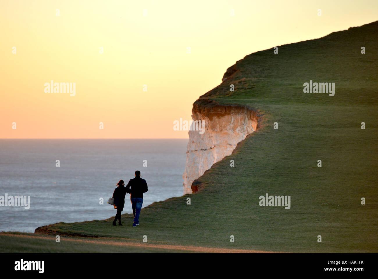 Par caminando cerca del borde del acantilado de Beachy Head, el famoso spot de suicidio en East Sussex. Foto de stock
