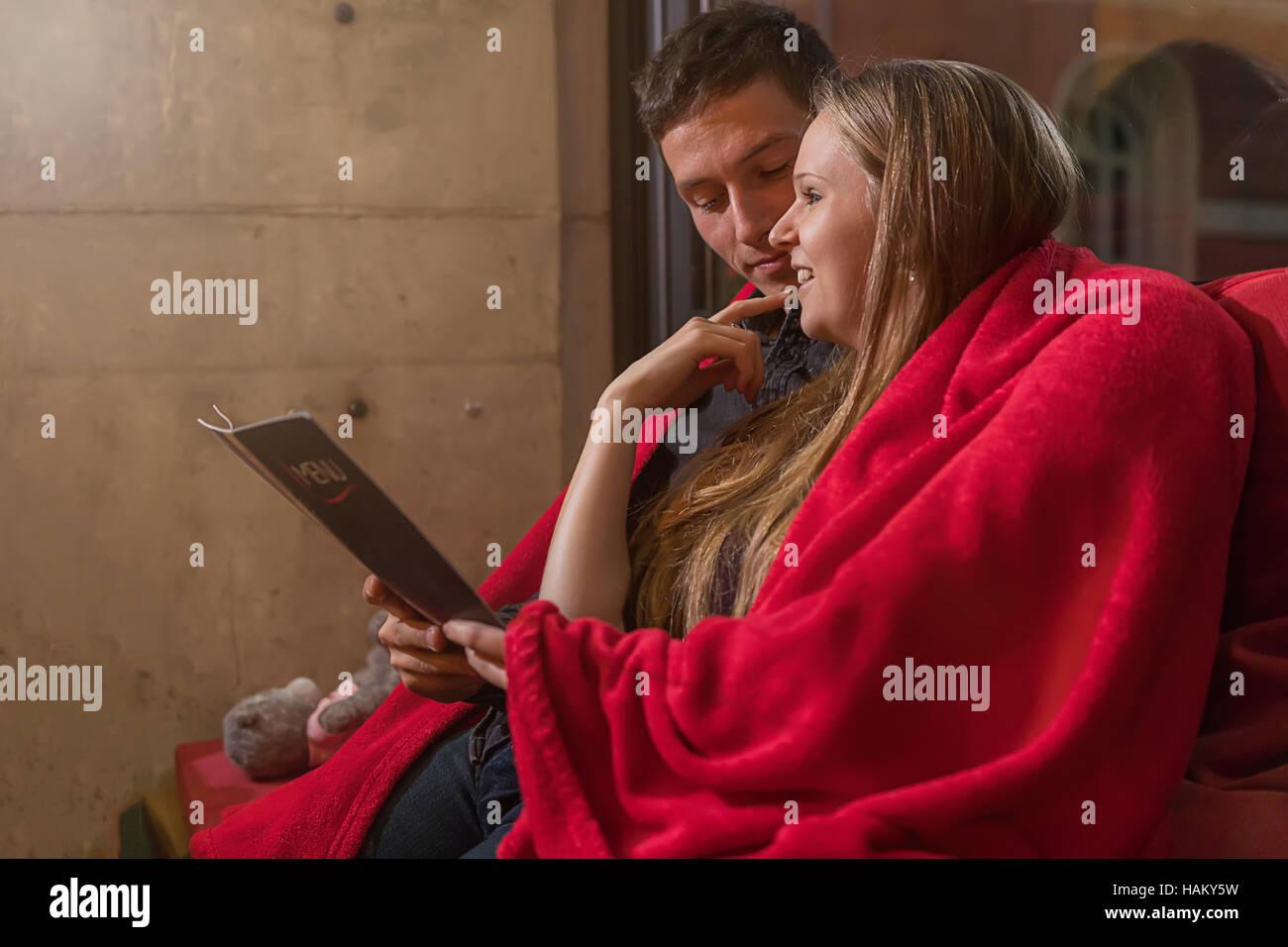 Feliz pareja con el menú en el restaurante de la terraza. Amor, dating, gente, concepto de vacaciones Imagen De Stock