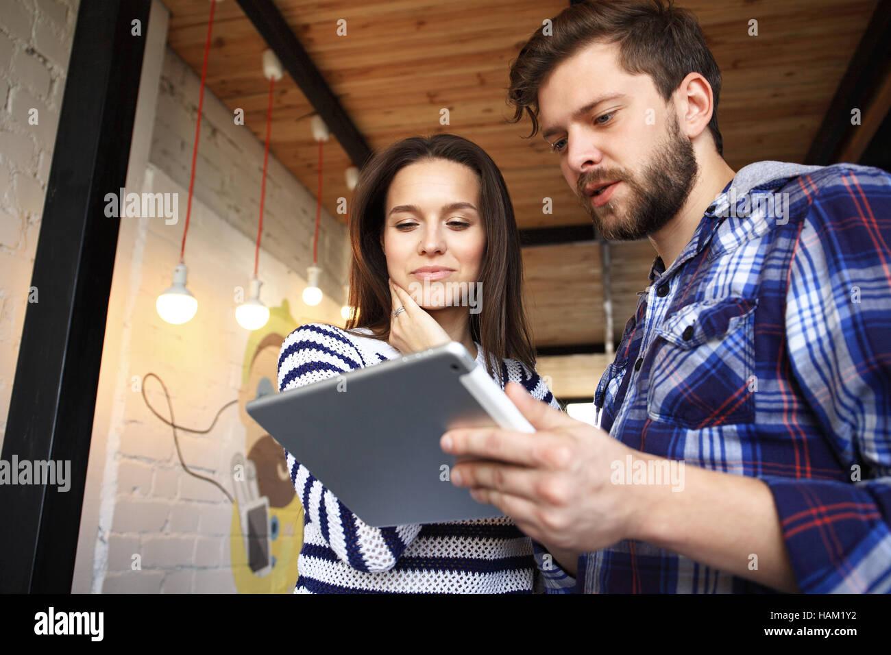 Los jóvenes profesionales trabajan en oficina moderna.Business tripulación trabaja con el inicio Imagen De Stock
