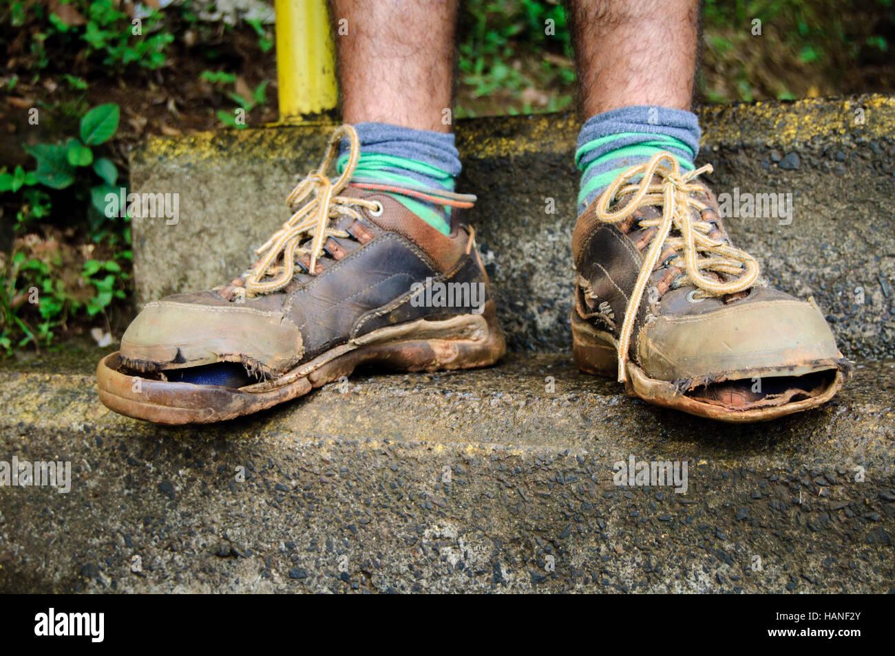 228061e5 Los zapatos rotos de un viajero de bajo presupuesto Foto & Imagen De ...