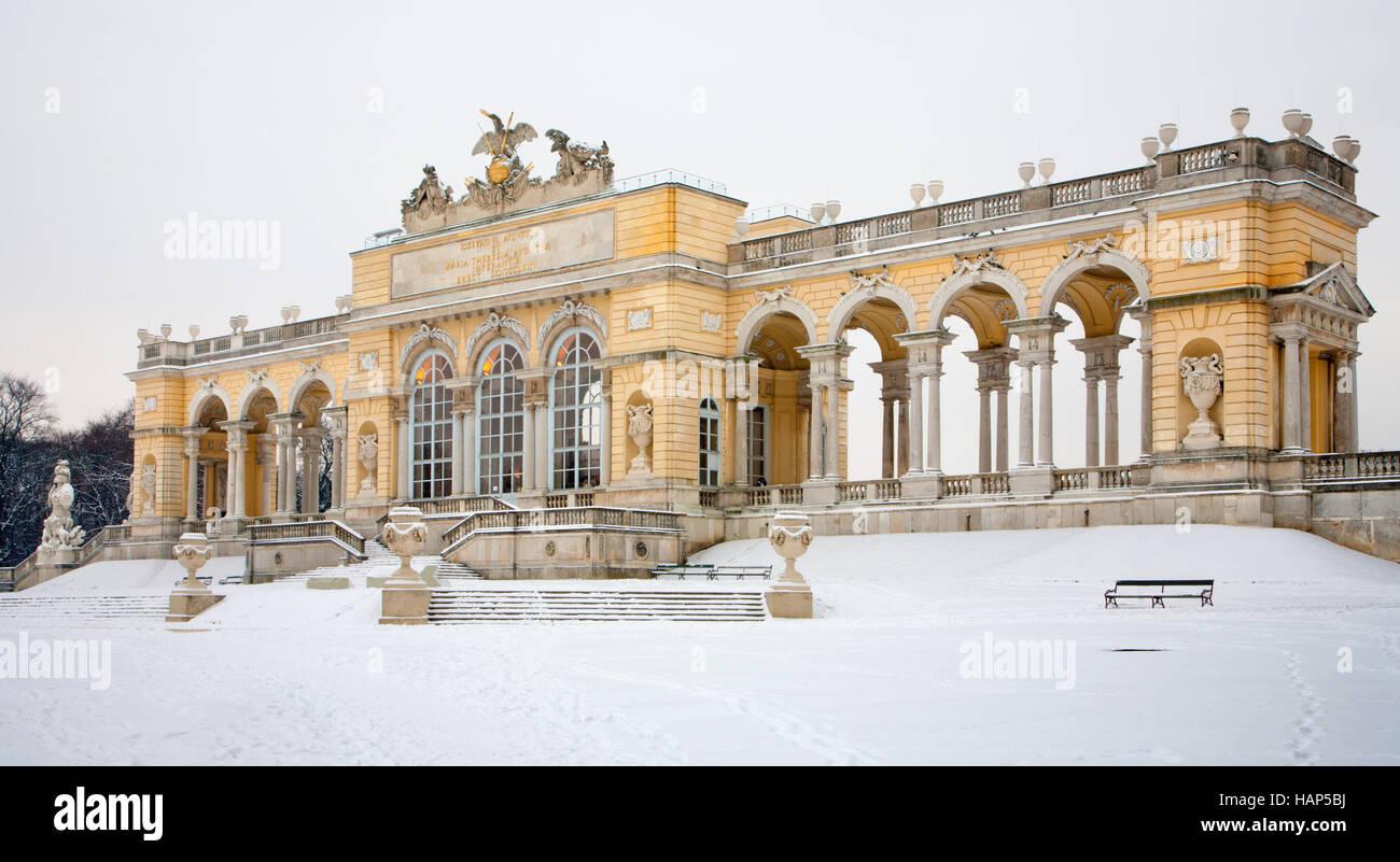 Viena, Austria - 15 de enero de 2013: Gloriette de los jardines del palacio de Schonbrunn invierno. Gloriette fue Imagen De Stock