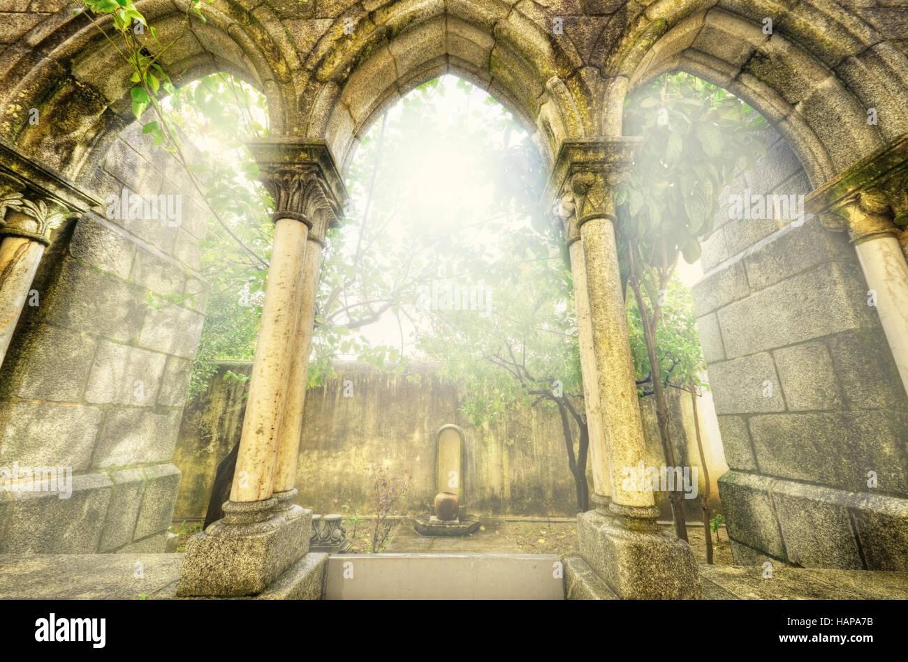 Los antiguos arcos góticos en el myst. Paisaje de fantasía en Évora, Portugal. Imagen De Stock