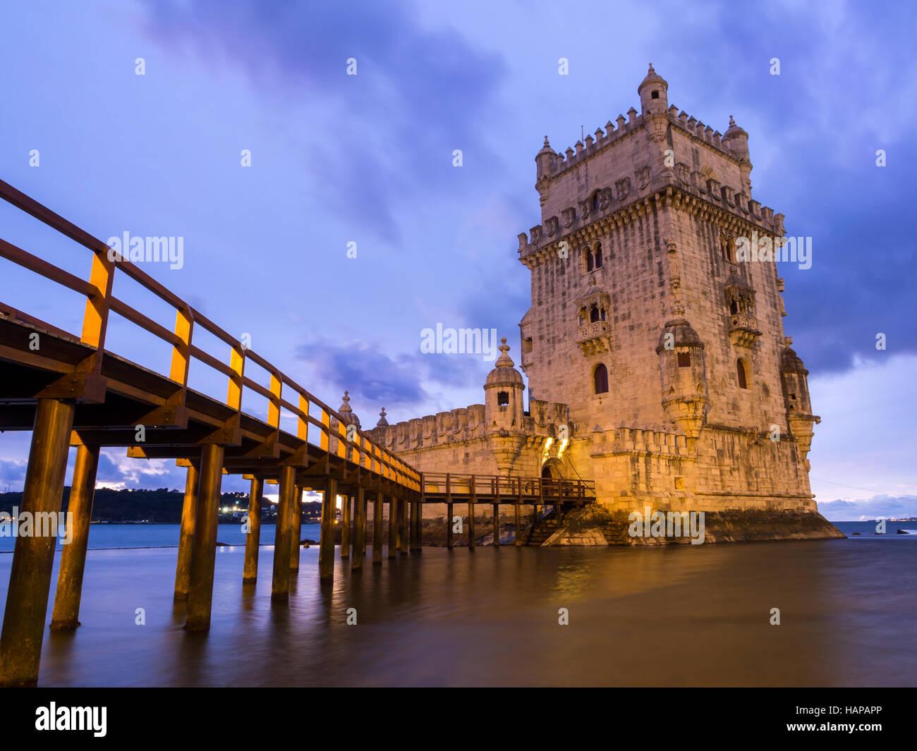 La Torre de Belem en la orilla del río Tajo en Lisboa, Portugal, en la noche. Imagen De Stock