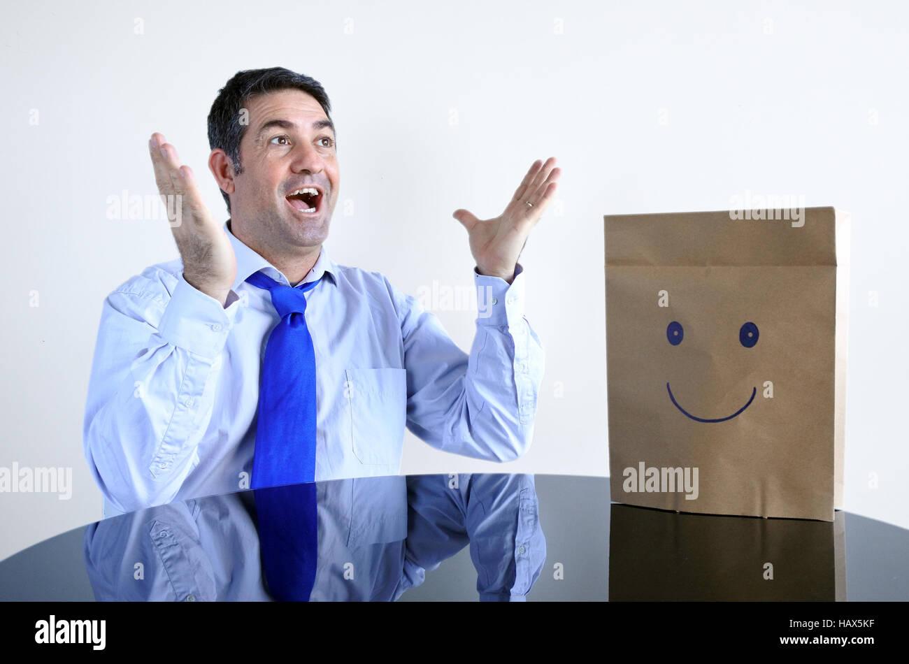 Sorprendido hombre feliz sentarse a la mesa solo. Hombre, estilo de vida, la felicidad concepto espacio de copia. Imagen De Stock