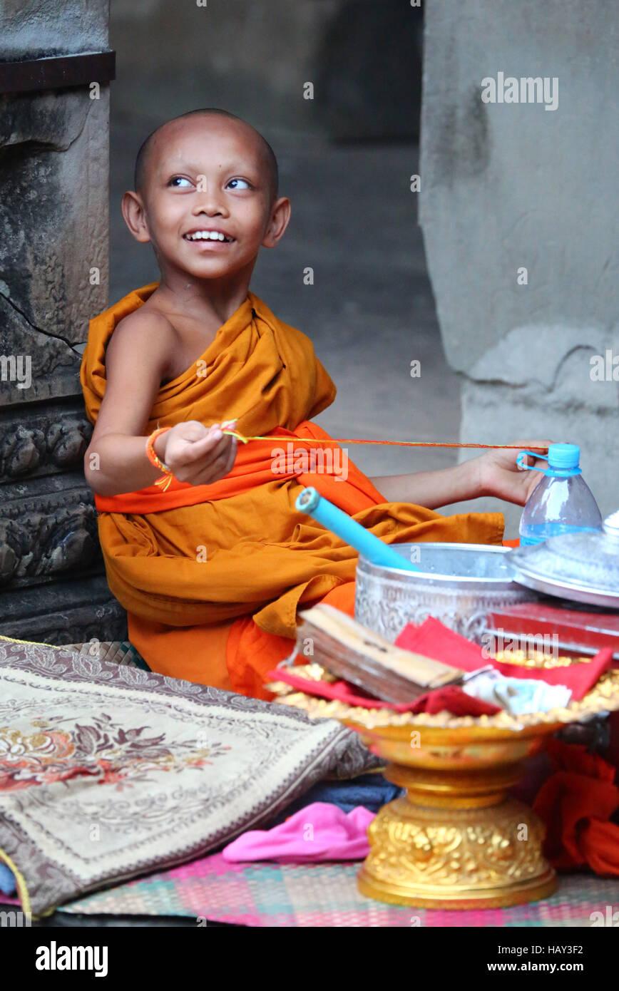 Joven monje budista en el templo de Angkor Wat en Siem Reap, Camboya Foto de stock