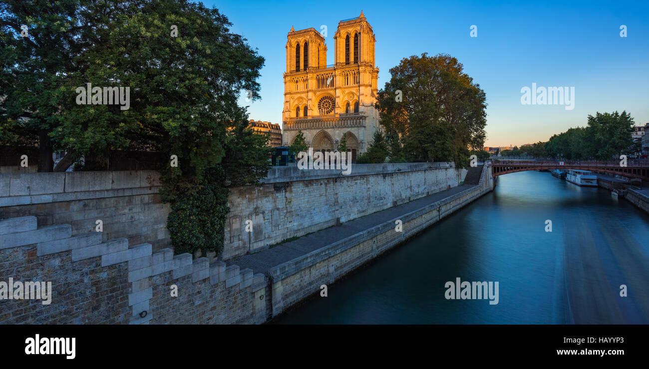 Catedral de Notre Dame en la Ile de La Cite al atardecer con el río Sena. Noche de verano en Paris, Francia Foto de stock