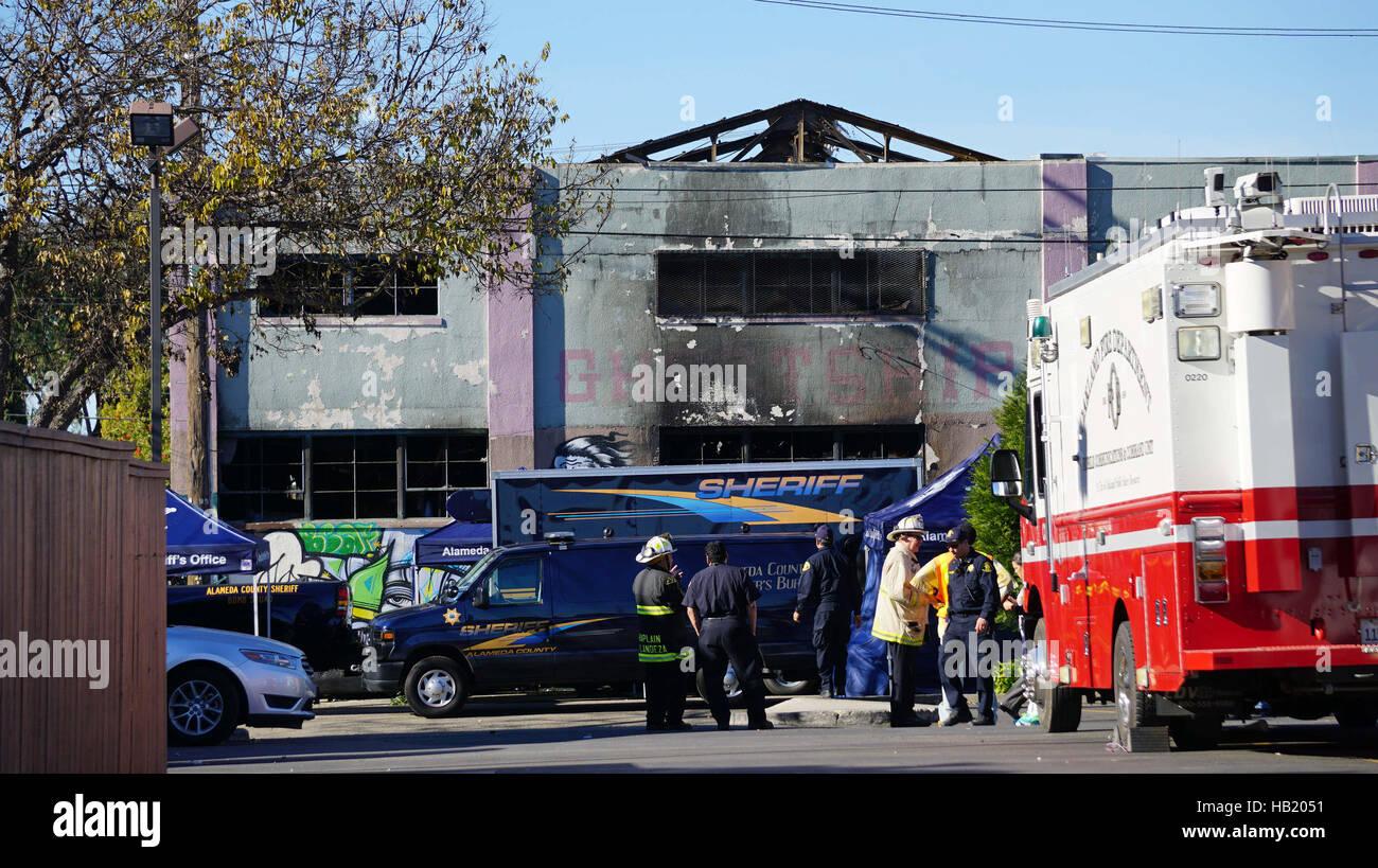Oakland, Estados Unidos. 3 dic, 2016. La policía y los bomberos trabajan fuera del almacén afectado en Imagen De Stock