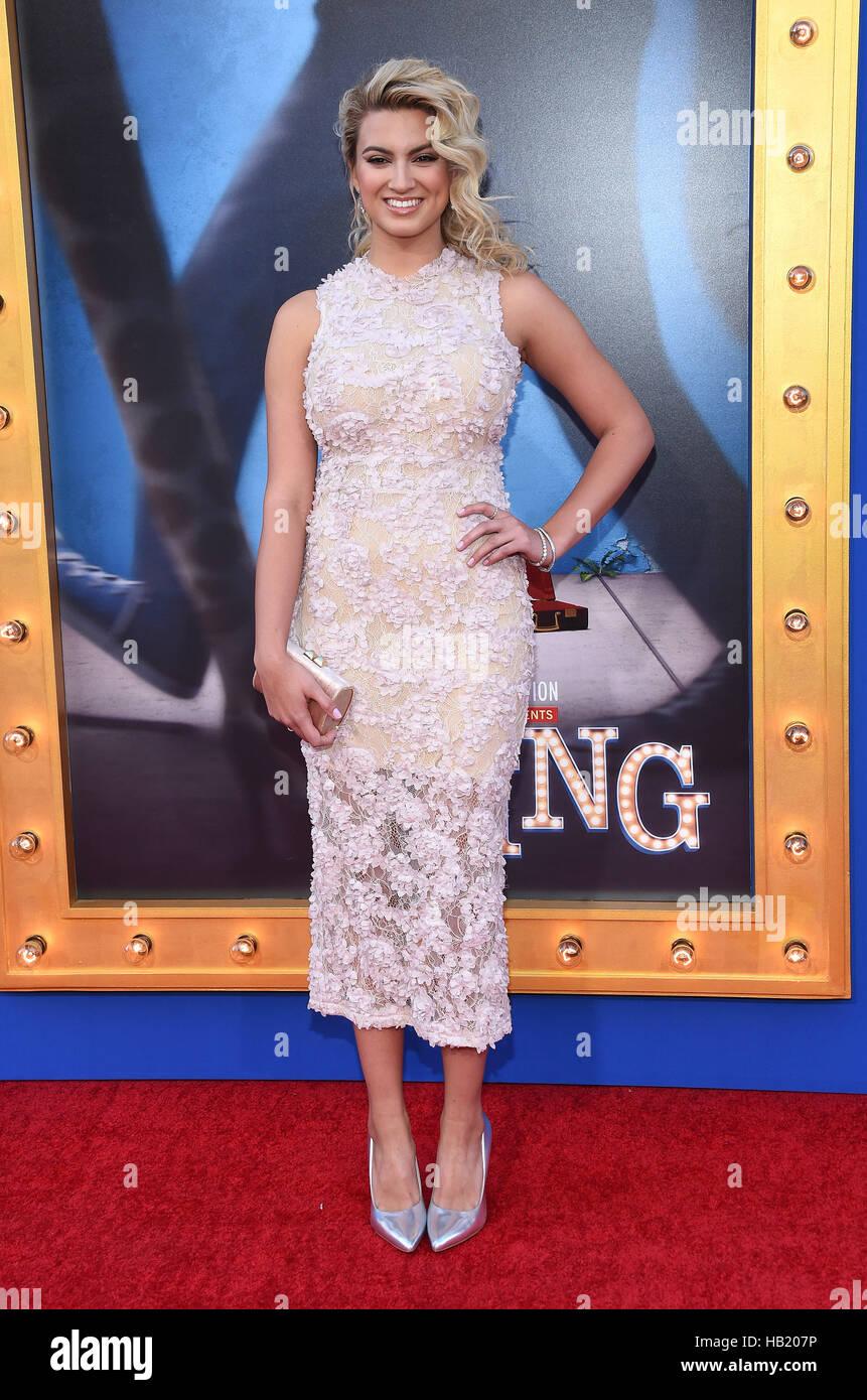 Los Angeles, California, EEUU. 3 dic, 2016. Tori Kelly llega para el estreno de la película 'Sing' Imagen De Stock