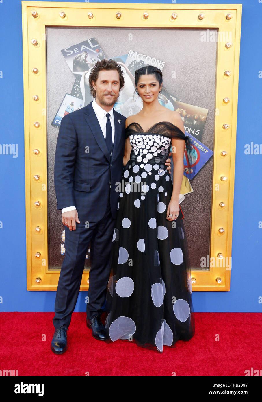 Los Angeles, California, EEUU. 3 dic, 2016. Matthew McConaughey y Camila Alves en el Los Angeles estreno de 'Sing' Imagen De Stock