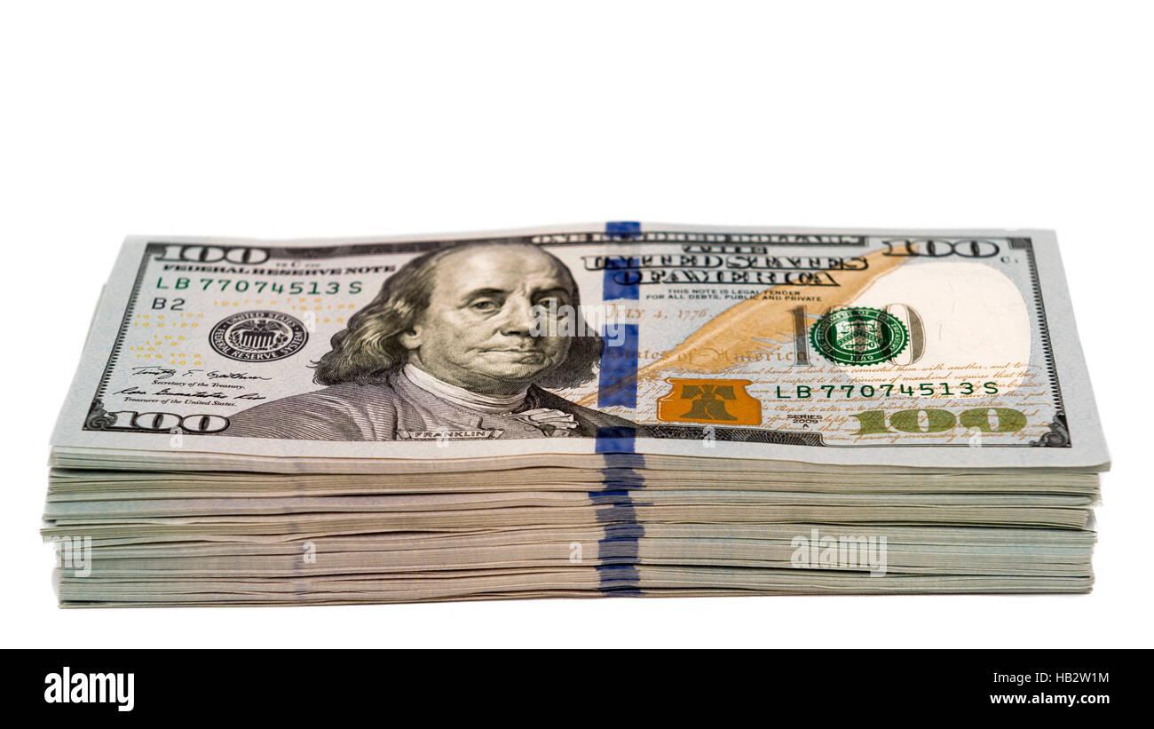 Pila de billetes de cien dólares en efectivo aislada, con foco en la parte inferior de 100s Imagen De Stock
