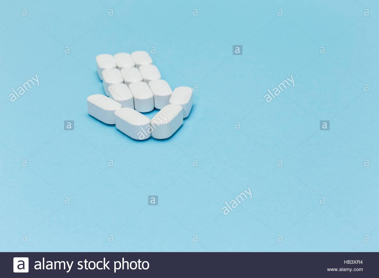 Flecha de píldoras sobre fondo azul. Imagen De Stock