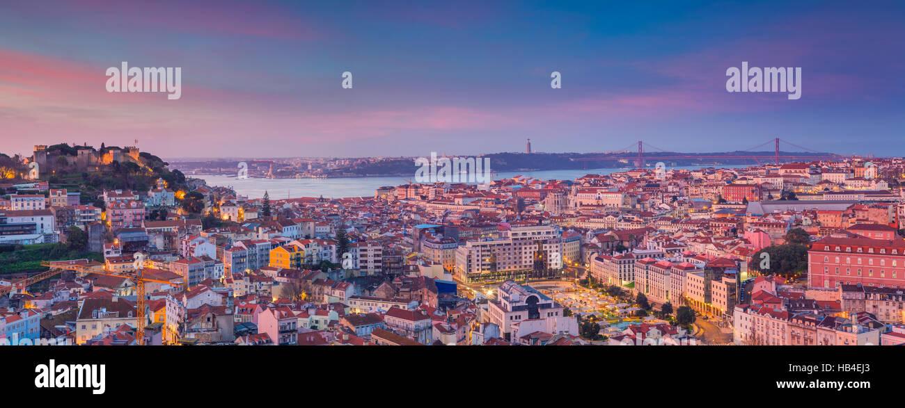 Panorama de Lisboa del amanecer. Portugal durante el dramático amanecer. Foto de stock