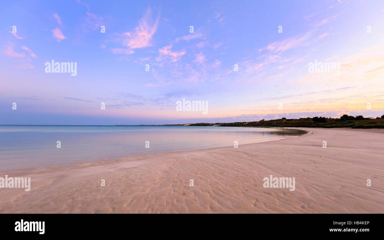 Coral Bay playa al amanecer. Imagen De Stock