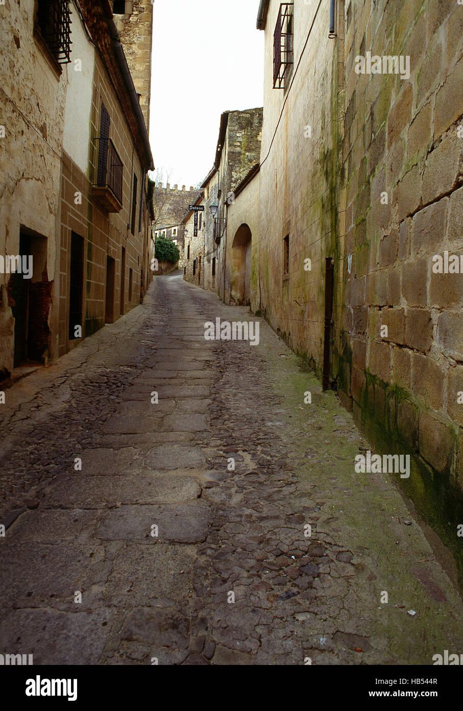 Calle de adoquines en el casco antiguo de la ciudad. Trujillo, provincia de Cáceres, Extremadura, España. Imagen De Stock