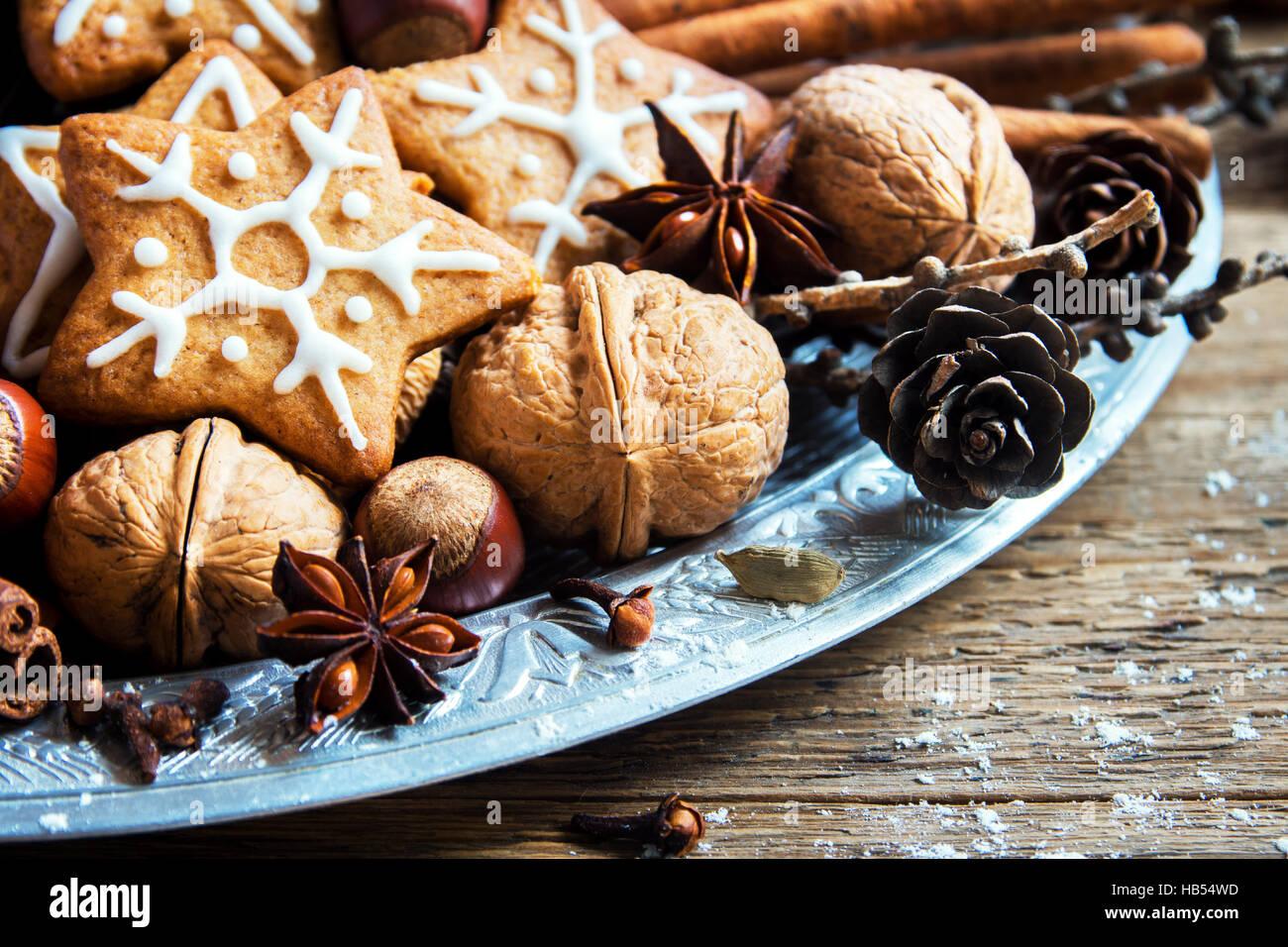 Decoración de Navidad con galletas de jengibre casera, estrellas, conos, nueces y especias de Navidad en madera Imagen De Stock