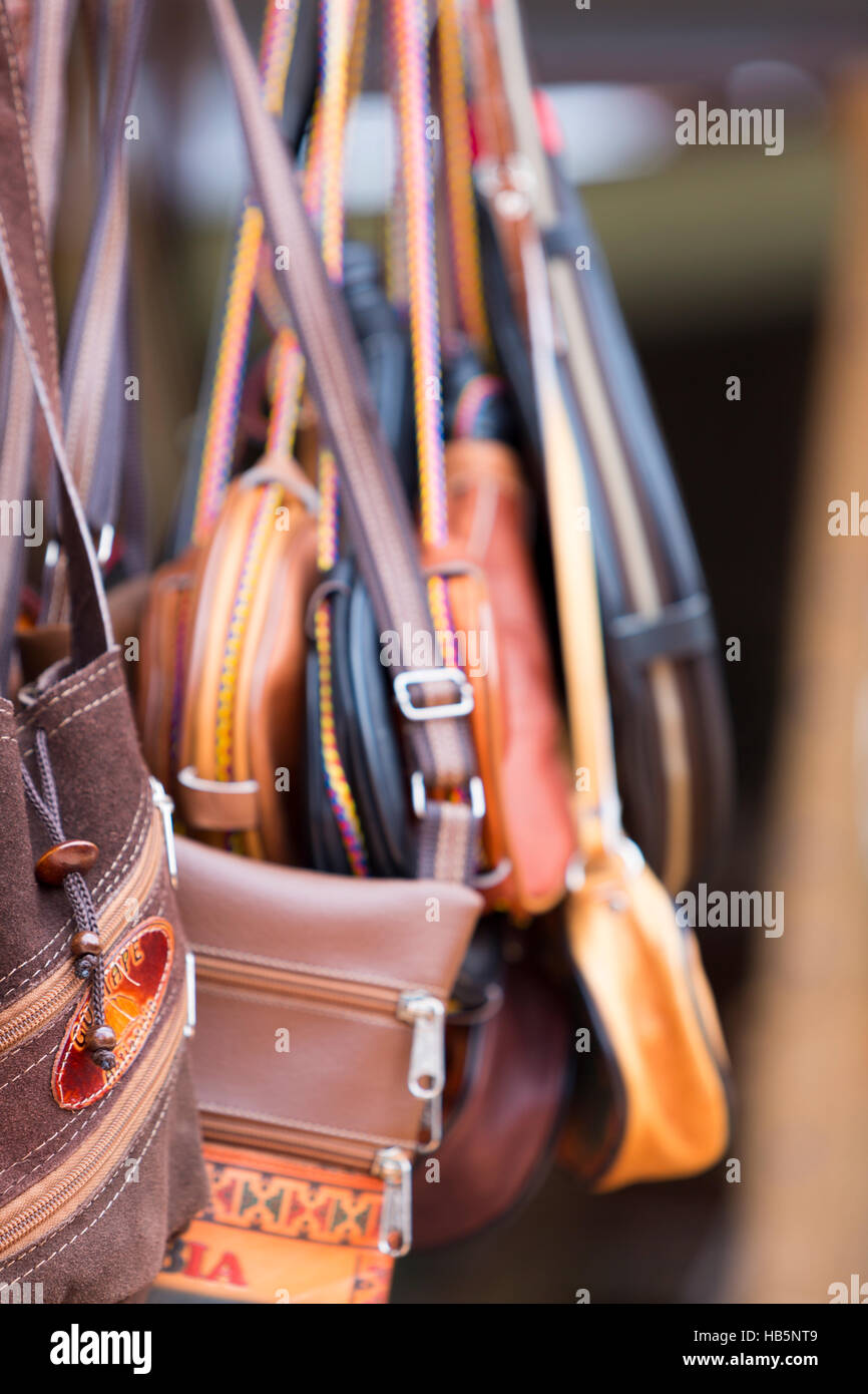 18ef439a8 Bolsos de cuero artesanales para la venta en el mercado Guatape, Colombia