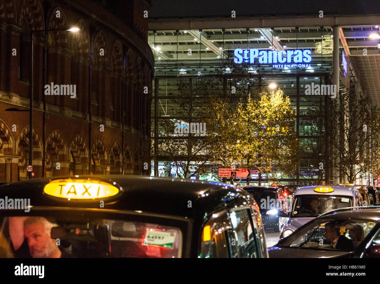 Los taxis en las afueras de St. Pancras Station en Londres, Inglaterra, Reino Unido. Foto de stock