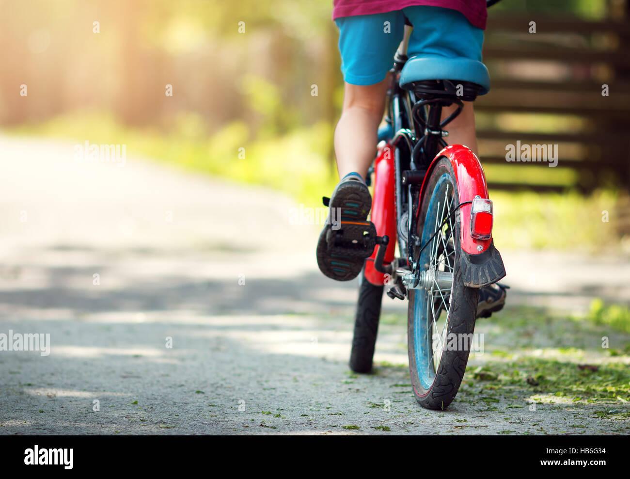 Niño en bicicleta Imagen De Stock