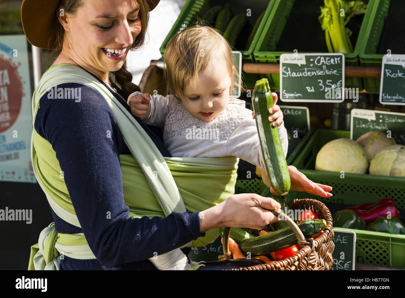 La madre y el niño en baby sling Imagen De Stock